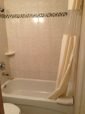 Howard Johnson Inn Downtown Kamloops: newly renovated bathroom.