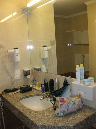 Der Wilhelmshof: Nice bathrrom mirror and a set of toiletries