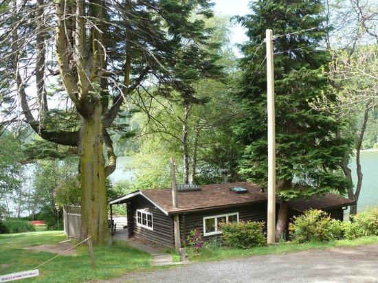 Green Acres Lakeside Resort Salt Spring Island: Log Cabin with secluded garden