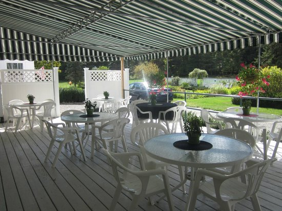 Greenwood Manor Inn: outdoor deck for 30