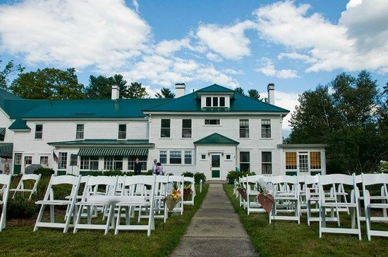 Greenwood Manor Inn: Set up for outdoor wedding