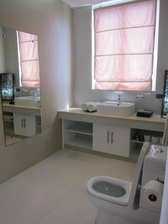 Tanawin Resort and Luxury Apartments: Master Bedroom toilet