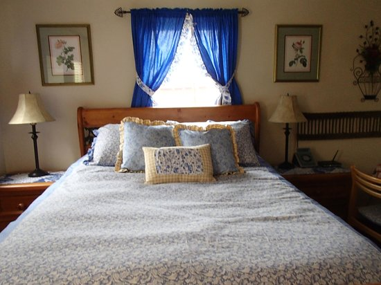 Morley's Acres Farm and Bed & Breakfast : Queen bed inside Garden Cottage