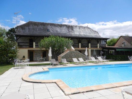 L'hôtel le Troubadour et la piscine