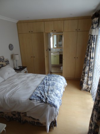 Belvedere Cottages & B&B: Bedroom with 'Wardrobe' Doors leading to Bathroom