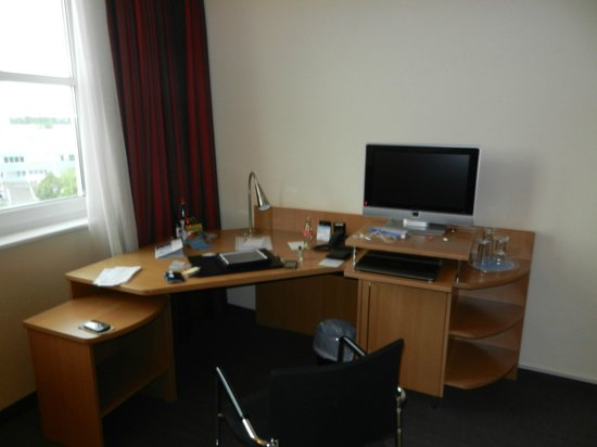 NH Frankfurt Mörfelden Conference Center: The desk and tv - there is a mini-bar under the tv
