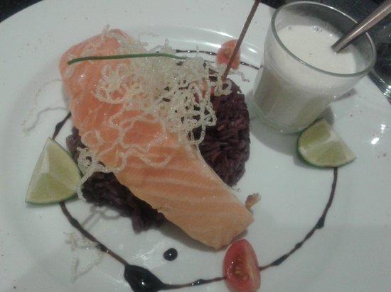 Restaurant l'Acanthe : Saumon cuit à l'unilatérale, riz violet et sauce lait de coco