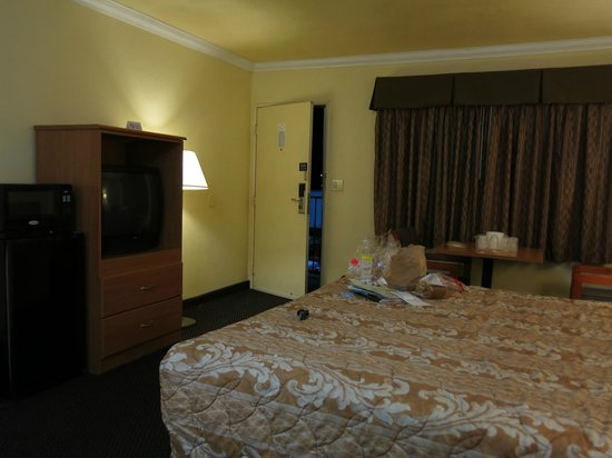 Motel 6 Visalia: th bedroom