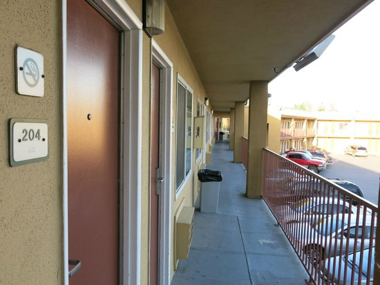 Motel 6 Visalia: second floor balcony