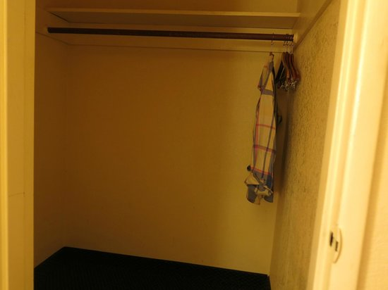 Motel 6 Visalia: the ample closet