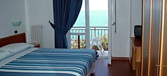 Pioppi, Italia: Doppelzimmer mit Balkon und Meerblick