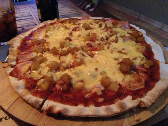 Airport Hotel Rio Segundo: Delicious personal pan Hawaiian pizza