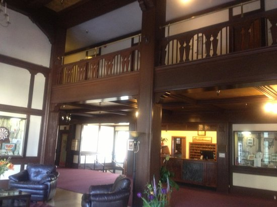 Eureka Inn: Lobby looking at entrance