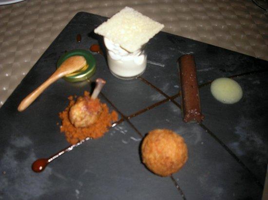 """Anfiteatro Restaurant & Lounge: ala de pollo con pasta de chorizo, terrina de morcilla con piña, """"alheira"""" de Santa María con hu"""