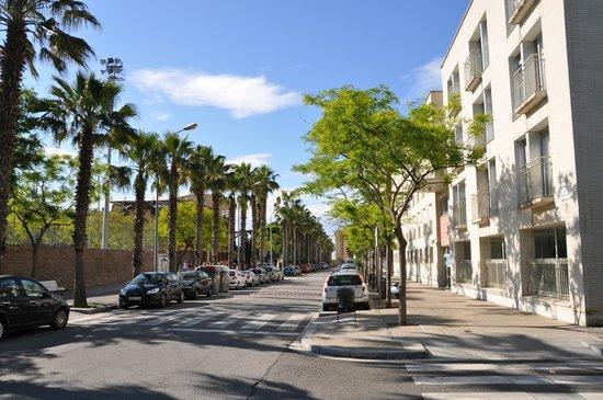 Residencia Universitaria Campus del Mar: Hoteleingang auf der rechten Seite, geradeaus la playa