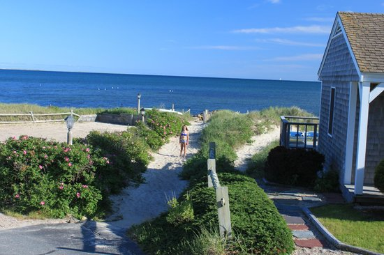 Chatham Tides Waterfront Lodging: Path to private beach