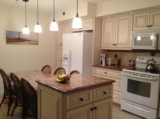 Sanibel Moorings Resort: Gorgeous updated kitchen