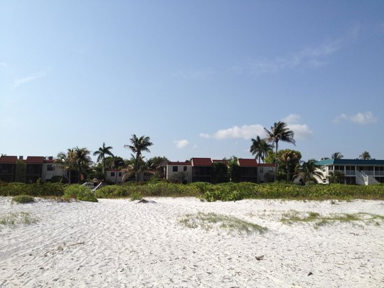 Sanibel Moorings Resort: Another view of condos from beach