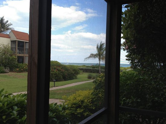 Sanibel Moorings Resort: Large screened in porch (pic does not do its size justice) taken to show the view of beach