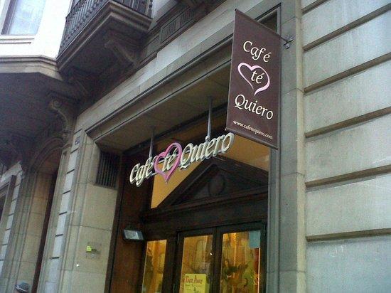 Cafe Te Quiero: La entrada de la Cafetería deja ver en su interior las pinturas renacentistas de las paredes