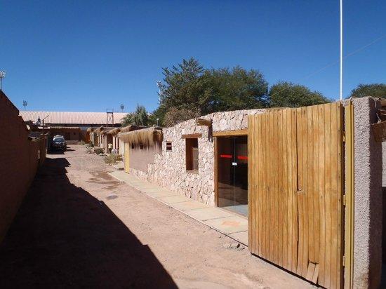 Hotel Dunas: entrée de l'hotel et chemin vers les chambres