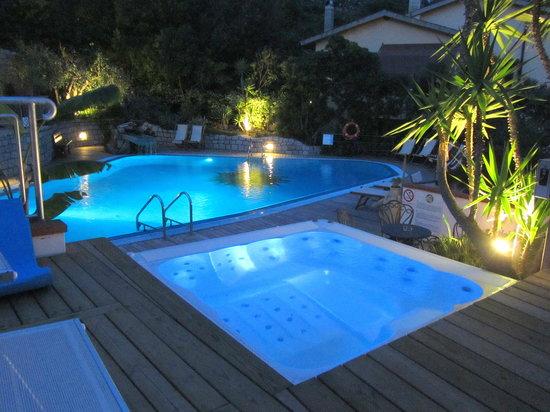 Fetovaia, Italia: piscina ed idromassaggio