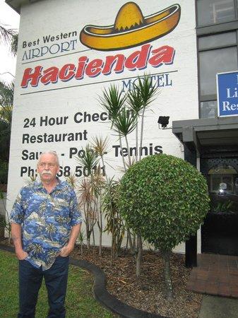 Hacienda Airport Motel: Den här skylten är stor och går inte att missa motellet