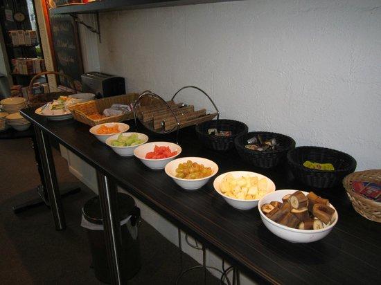 Hacienda Airport Motel: Frukost buffén var väl tilltagen med mycket olika sorters frukt