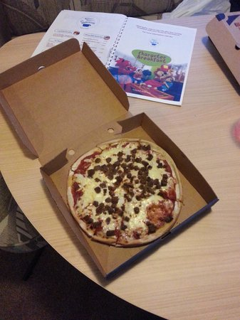 Riverside Touring & Holiday Park: Pizza from the on-site takeaway
