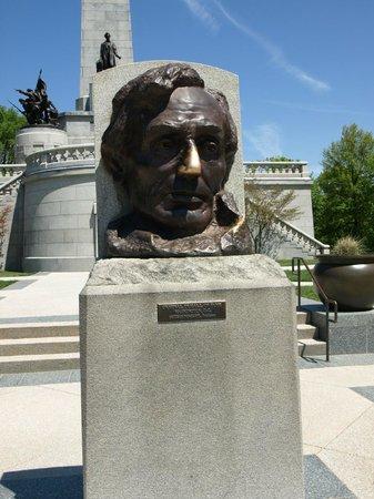 Oak Ridge Cemetery: Lincoln Statue