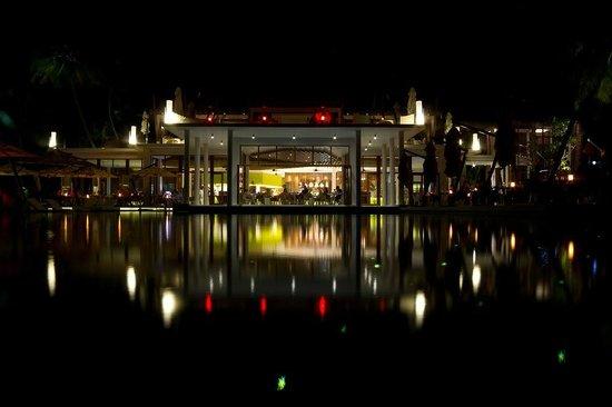 Niyama Private Islands Maldives: main building mit pool davor
