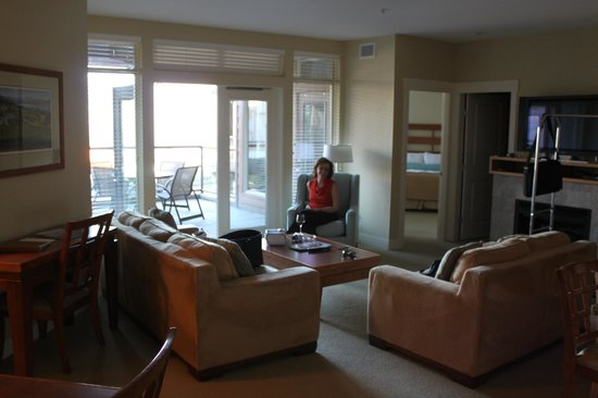 Cove Lakeside Resort: Living area