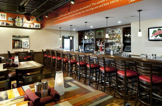 Red's Restaurant & Lounge: Red's Bar