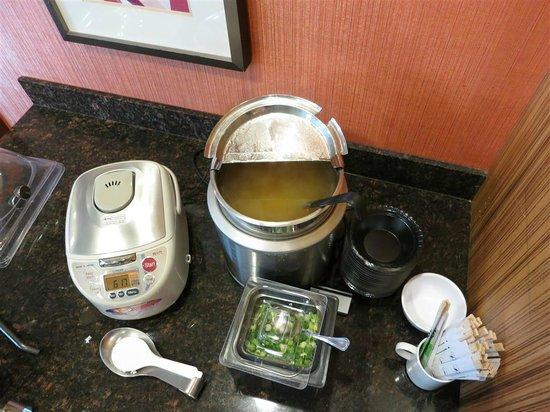 Residence Inn Seattle Bellevue/Downtown : Japanese breakfast: rice, miso soup, dried seaweed, green onion