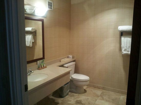 Red Lion Hotel on the River: Large bathroom with nice ammenities