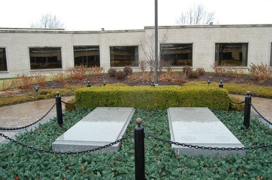 Harry S. Truman Library and Museum: GRAVE SITE OF PRESIDENT & MRS. TRUMAN