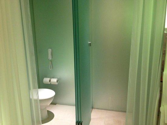 Sanderson London Hotel: 意外に私はシャワーだけでも平気なので問題なし