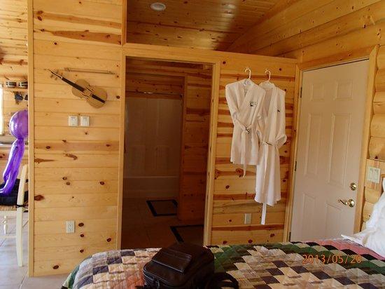 Georgetown Cabins Resort : Bathroom seprate from vanity and bedroom