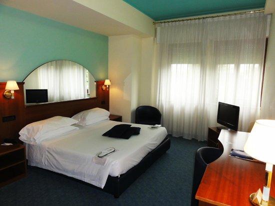 Hotel Carlton: Sesentista , pero buena habitación, con un baño standard