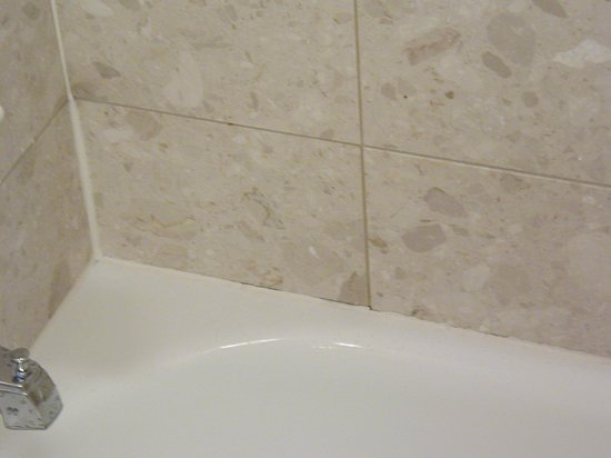 Quail Hollow Resort : Discolored grout and caulk