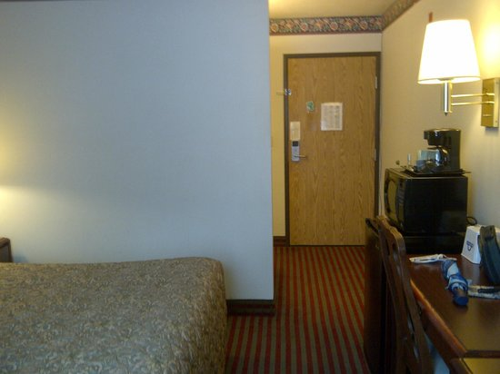 Days Inn Kent 84th Ave: Inside the room - microwave, refrigerator, etc..