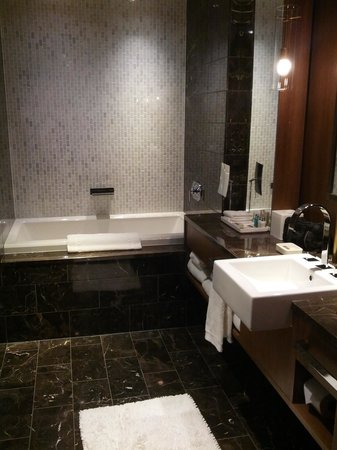 Loden Hotel: bathroom