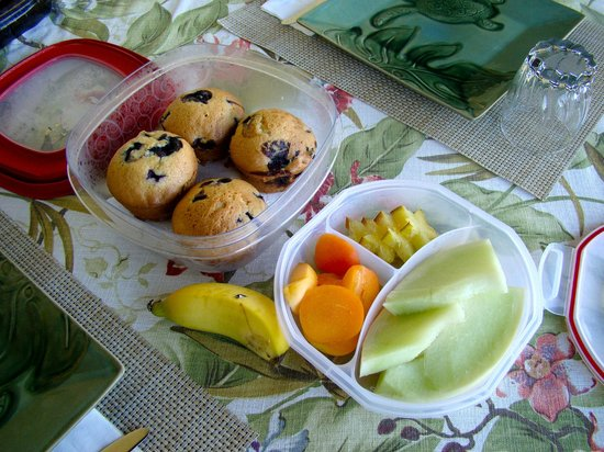 Hale Huanani Bed and Breakfast: Breakfast muffins and fruit