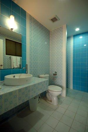 Bangsaen Villa Hotel: ห้องน้ำภายในห้องพักประเภทจอดรถชั้นล่างส่วนห้องพักอยู่ด้านบน