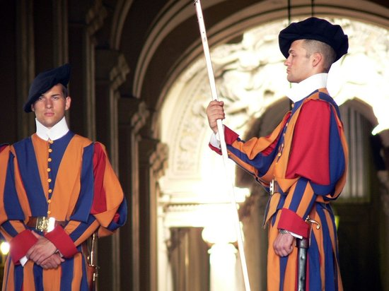 What a Life Tours: Swiss guards on their original dressing.