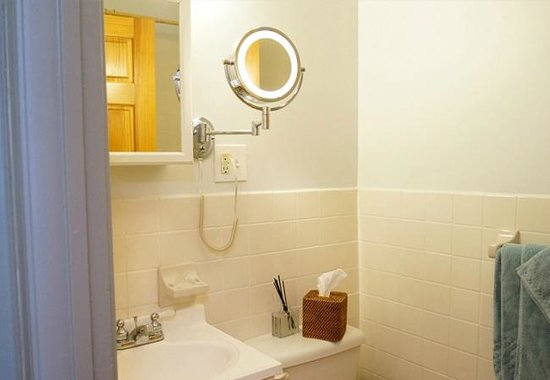 Allie's Inn Bed and Breakfast : The Suite - Private bathroom