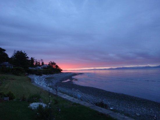 Bella's Beachfront B&B: sunset