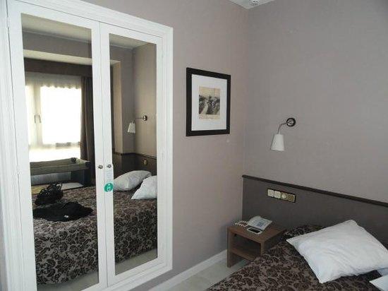 Hotel Urbis Centre: Armario de la habitación
