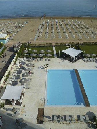 Adriatic Palace Hotel: plage et piscine
