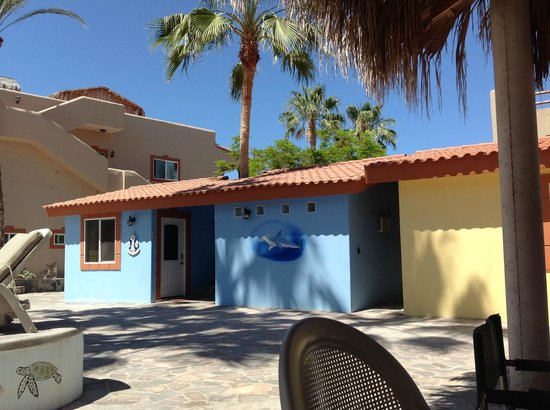 El Tiburon Casitas: I thought it was so cool that one of the casitas is painted the same color as the sky!